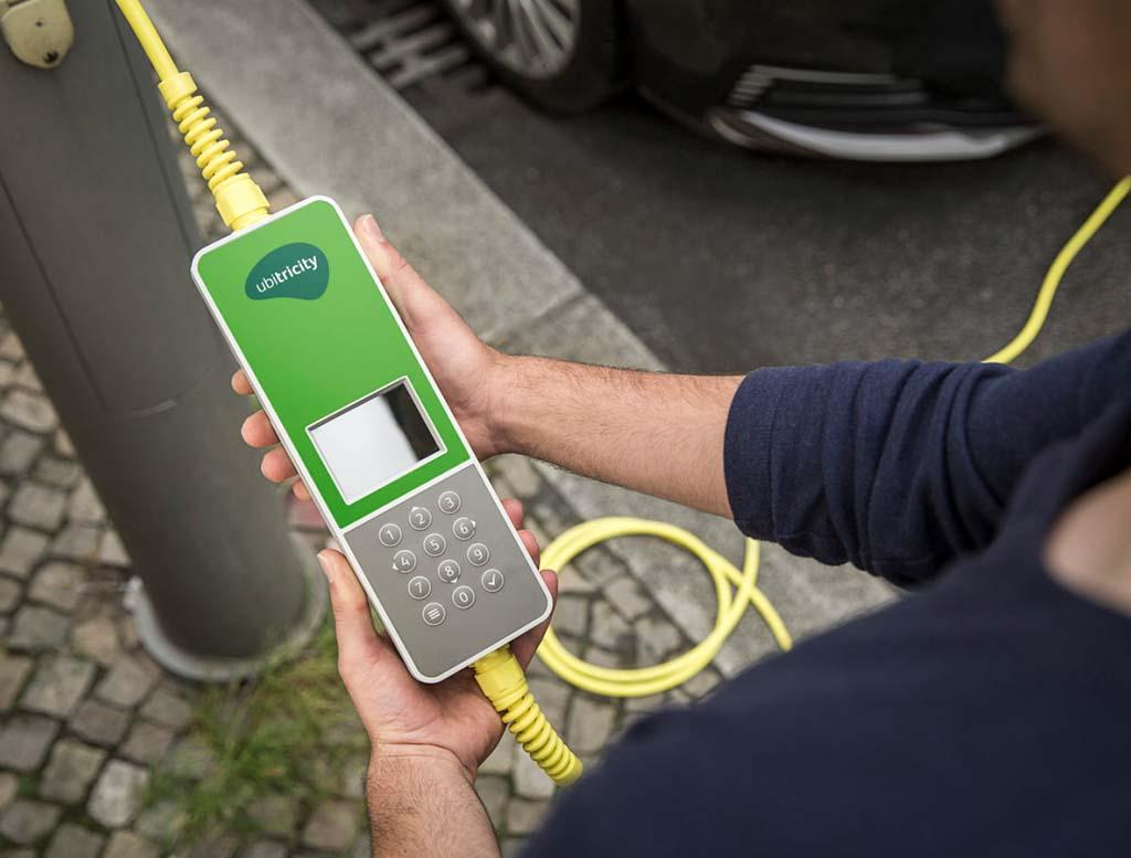 ubitricity produziert intelligentes Ladekabel für Elektroautos